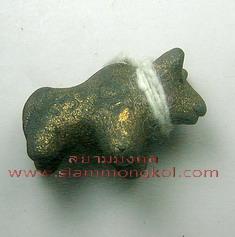 วัวธนูปั้นมือยุคแรกเนื้อดินผสมผงอาถรรพณ์ ยุคแรก หลวงปู่ครูบาแก้ว วัดร่องดู่ จ.พะเยา